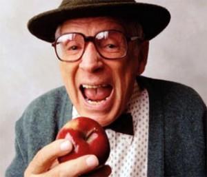 idoso-comendo-maçã