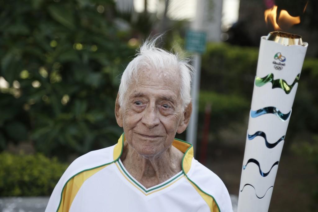 O velejador João José Bracony, de 97 anos que participou dos Jogos de Londres, em 1948, e foi homenageado com a visita da Tocha Olímpica