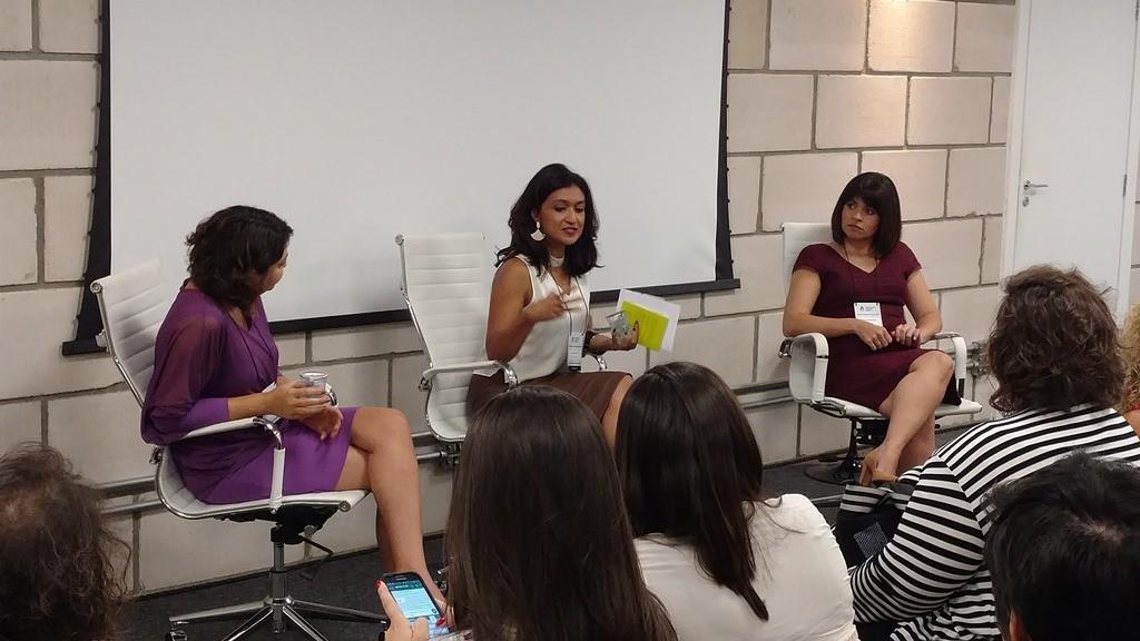 Viviane Duarte mediando a painel com Ana Carolina Soutello, gerente da marca Natura e Angélica Kanashiro, vice-presidente de Recursos Humanos & Desenvolvimento da Força de Vendas para a Tupperware Brasil