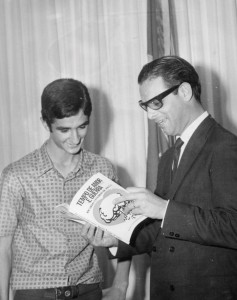 Ricardo Viveiros entrega um exemplar do seu primeiro livro, lançado em 1968, ao então governador do Paraná, jornalista Paulo Pimentel.