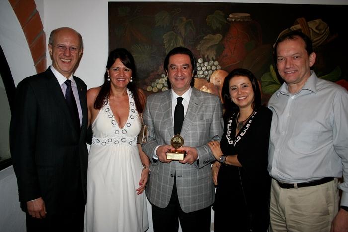 """Ricardo Viveiros recebe em Cancún (México), o Prêmio Latino-americano """"Benjamin Hurtado Echeverria"""", como Personalidade da Comunicação Gráfica do Continente, em 2010."""