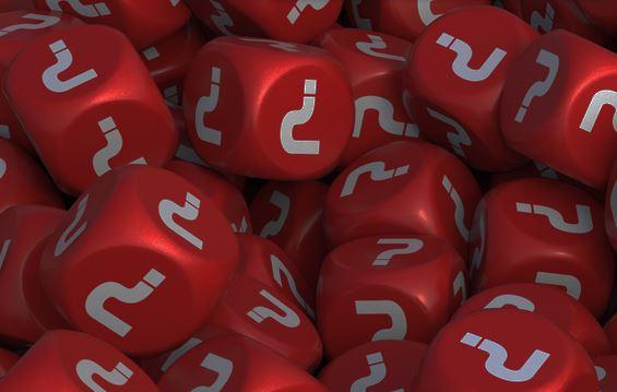 Diversos dados vermelhos, cujas faces mostram um ponto de interrogação