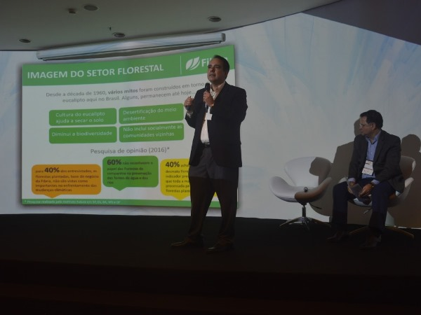 Geraldo Magella (Fibria) explica o modelo de plantio sustentável (Imagem: Gabrielle Torquato/Jornalismo JúniorGabrielle Torquato)