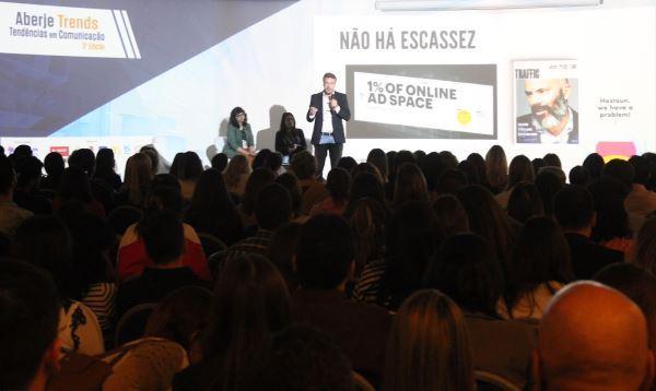 Tiago Afonso (Grupo Globo) discutiu a necessidade da produção de bom conteúdo como estratégia de marketing (Imagem: Pedro Smith/Jornalismo Júnior)