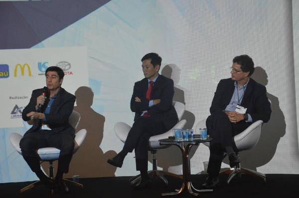 Eduardo Azevedo (Estre Ambiental), Reynaldo Goto (Siemens) e Marcelo Lyra (Odebrecht) respondendo perguntas da plateia (Imagem: Beatriz Garcia/Jornalismo Júnior)